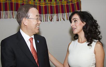 """עם מזכ""""ל האו""""ם (צילום: AP)"""