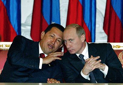 """צ'אבס עם פוטין ב-2004. ונצואלה תנהג כמו אחרי התפרקות ברה""""מ? (צילום: AP)"""
