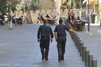 שוטרים סורקים באזור (צילום: גיל יוחנן)