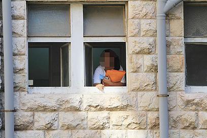 החלון שממנו קפץ האסיר (צילום: גיל יוחנן)