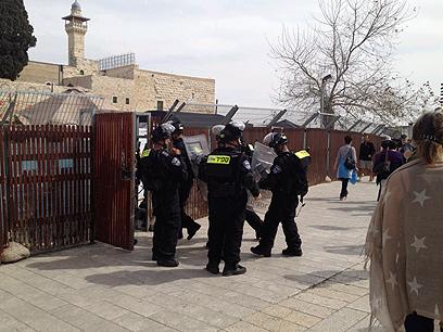 פורצים לשער המוגרבים, היום (צילום: אדם זאבי)