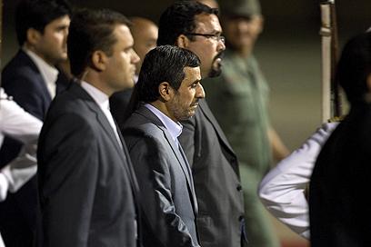 """נשיא איראן אחמדינג'אד בבואו להלוויה. """"חבר קרוב"""" (צילום: EPA)"""