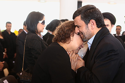 """אחמדינג'אד וצ'אבס. """"אסור ללחוץ יד לאישה שאינה קרובת משפחתך, לא משנה מהן הנסיבות ואם היא צעירה או מבוגרת"""" (צילום: AP)"""