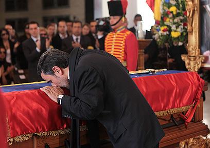 אחמדינג'אד מנשק את ארונו של צ'אבס (צילום: רויטרס)