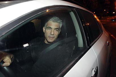 לפיד בכניסה למשרד ראש הממשלה, הערב (צילום: גיל יוחנן)