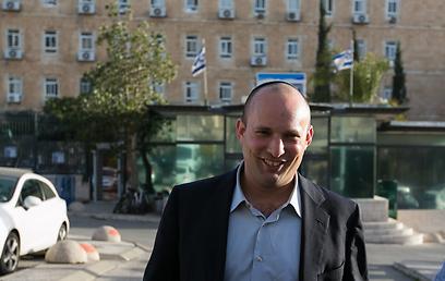בנט ביציאה ממשרד ראש הממשלה (צילום: אוהד צויגנברג)