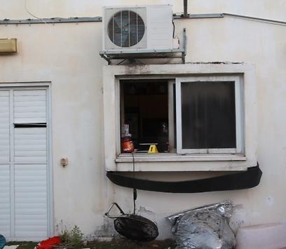 חלון הדירה שממנו נכנס הפורץ (צילום: מוטי קמחי)