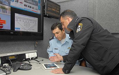 """ניצב הלוי (משמאל). """"יש למבצע כזה אפקט הילה"""" (צילום: דוברות המשטרה, מחוז דרום)"""