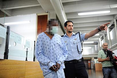 הנאשם מובא לבית משפט. הסתנן לישראל ב-2011 (צילום: בני דויטש)