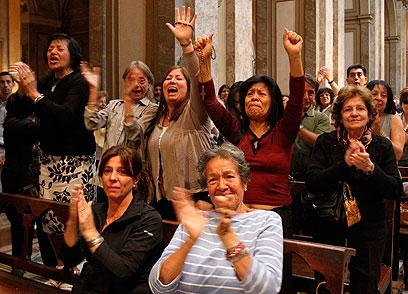 אזרחים בארגנטינה צוהלים על בחירתו של ברגוליו (צילום: רויטרס)