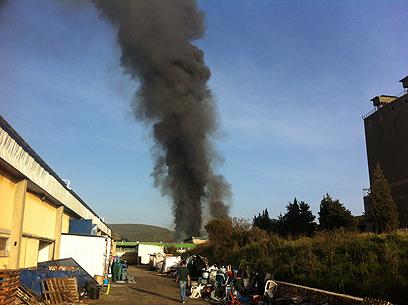 עשן שחור עולה מאזור המפעל, היום (צילום: מאור אוזן)