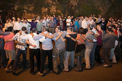 """""""עם ישראל כולו מחבק אתכן"""" (צילום: אוהד צוינגברג)"""
