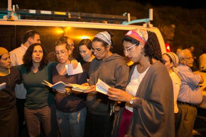 תושבי יקיר ואריאל קוראים תהילים בזירת התאונה (צילום: אוהד צוינגברג)