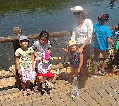 אדווה ביטון וארבע בנותיה. אחת הבנות לא הייתה ברכב (צילום רפרודוקציה: באדיבות מועצה אזורית שומרון)