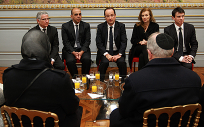 נשיא צרפת הולנד נפגש עם קרובי הנרצחים (צילום: AP)