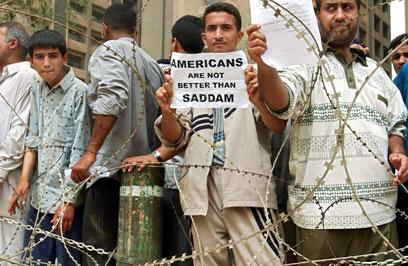 """""""האמריקנים לא טובים יותר מסדאם"""". מפגינים לאחר פיגוע בזעפרניה, פרבר של בגדד, ב-2003 (צילום: MCT)"""