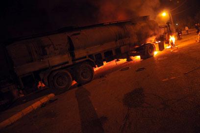 הבערת מכליות דלק בטריפולי כדי למנוע את שליחתן לסוריה (צילום: AFP)
