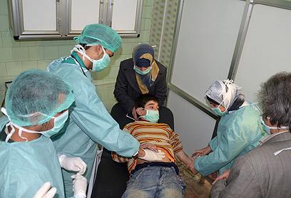 """פצוע בבית חולים בסוריה. """"הטרוריסטים תקפו אותנו"""" (צילום: רויטרס)"""