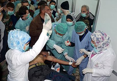 """פצועים בבית החולים. רוסיה תומכת בדמשק, ארה""""ב אומרת שאין בידיה ראיות (צילום: EPA)"""