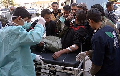על פי דמשק, אלה הם פצועים בהתקפת נשק כימי של המורדים בחלב (צילום: EPA)