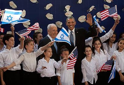 """""""הבאנו שלום עליכם"""". אובמה ומארחו בבית הנשיא (צילום: AP)"""