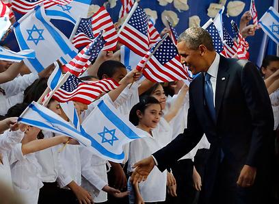 קבלת פנים מרגשת בבית הנשיא. אובמה לוחץ ידיים לזמרים הצעירים (צילום: רויטרס)