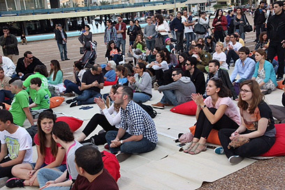 צפייה משותפת בנאום אובמה בכיכר רבין (צילום: מוטי קמחי)