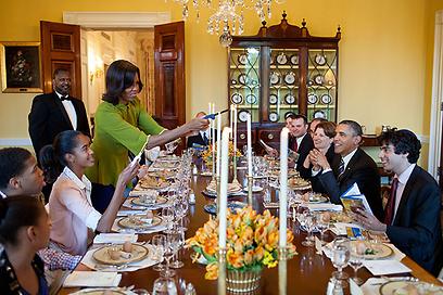 """חברי הצוות שרו ברוח החג 'לשנה הבאה בבית הלבן' - ואובמה אמר: 'נעשה את זה"""" (צילום: הבית הלבן / Pete Souza)"""
