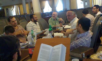 """הסכנה לקהילה - מ""""מרגלים פנימיים"""". שיעור תורה באיראן  (צילום: הרב אברהם חיים)"""