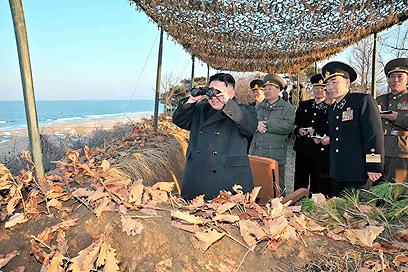 קים ג'ונג און משקיף על כוחות צבאו מתאמנים (צילום: רויטרס)