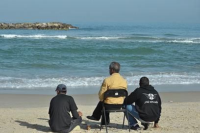 האב מביט אל הים במהלך החיפושים (צילום: זאב טרכטמן)