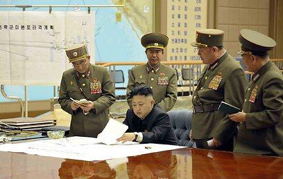 קים ג'ונג און חותם על תוכנית התקיפה. עכשיו היא אושרה (צילום: רויטרס)