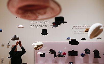 """כובעים במוזיאון תחת הכותרת """"איך לזהות יהודי?"""" (צילום: AP)"""