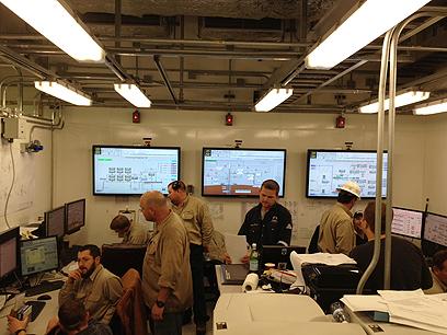 צוות נובל אנרג'י בחדר הבקרה של פלטפורמת הפקת הגז ברגעי ההפעלה של המערכת (צילום: נובל אנרג'י)