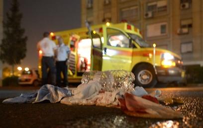 """צוות מד""""א מצא בדירה את האב פצוע אנושות וקבע את מותו (צילום: אבי רוקח)"""