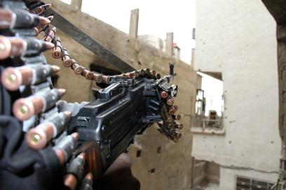 עוברים לאיסלאמיסטים על רקע מחסור בתחמושת (צילום: רויטרס)