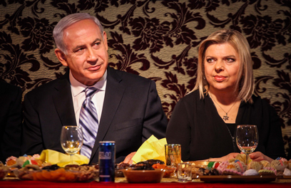 הזוג נתניהו מול השולחן הערוך באור עקיבא (צילום: אבישג שאר-ישוב)