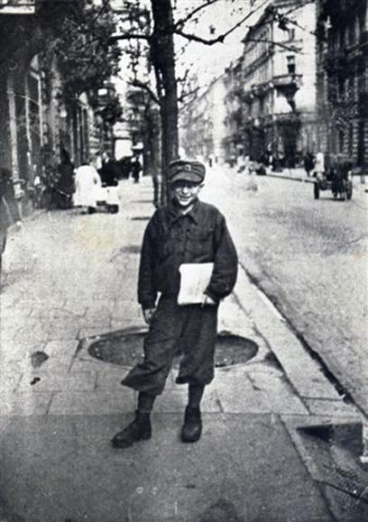 התפרנס משירה ברחובות וממכירת סיגריות ועיתונים (צילום: באדיבות יד ושם)