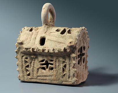 דגם הכנסייה ששימשה כפנס תאורה (צילום: קלרה עמית, באדיבות רשות העתיקות)