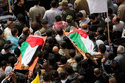 """לוויית שני הפלסטינים שנהרגו אתמול ליד מחסום צה""""ל (צילום: רויטרס)"""