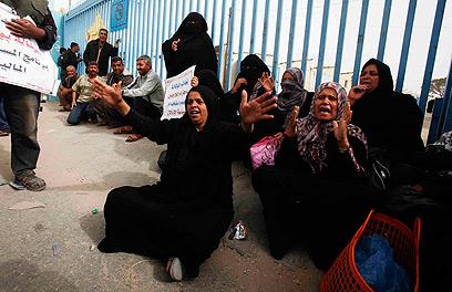 נשים מפגינות ליד המשרדים בעזה השבוע (צילום: רויטרס)