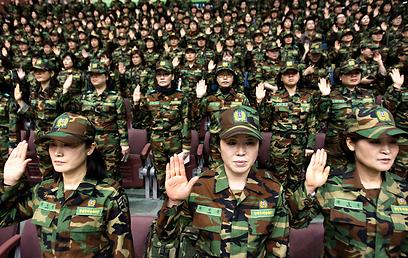 חיילות דרום קוריאניות. הן מוכנות (צילום: AP)