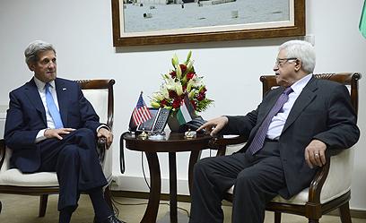 קרי נפגש שלשום עם אבו מאזן (צילום: EPA)