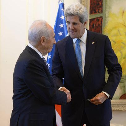 """פרס והמזכיר קרי אתמול בבית הנשיא (צילום: מארק ניימן, לע""""מ)"""