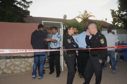 גופת הקשישה נמצאה בכניסה לביתה (צילום: הרצל יוסף)