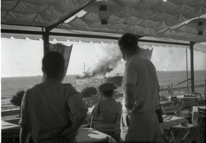 צופים על אלטלנה עולה באש (צילום: ארכיון המדינה )
