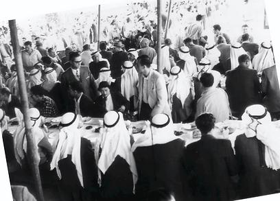 """הסולחה בכפר קאסם לאחר הטבח (צילום: ארכיון צה""""ל)"""