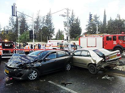 שניים מכלי הרכב שנפגעו בתאונה. המתינו ברמזור (צילום: חגי אהרון)