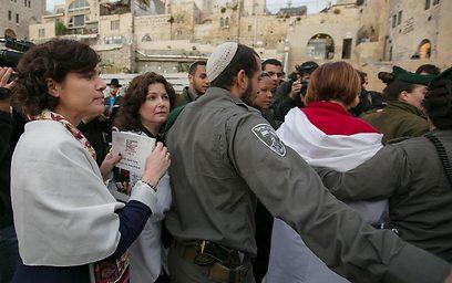 חברות הכנסת שביקשו להתלוות למעוכבות נתקלו בתחילה בסירוב של המשטרה (צילום: אוהד צויגנברג)