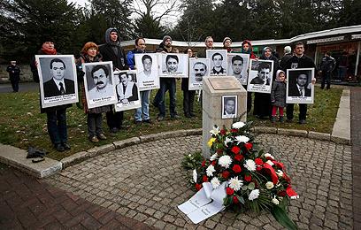בני משפחות הנרצחים. 9 טורקים, יווני ושוטרת (צילום: רויטרס)